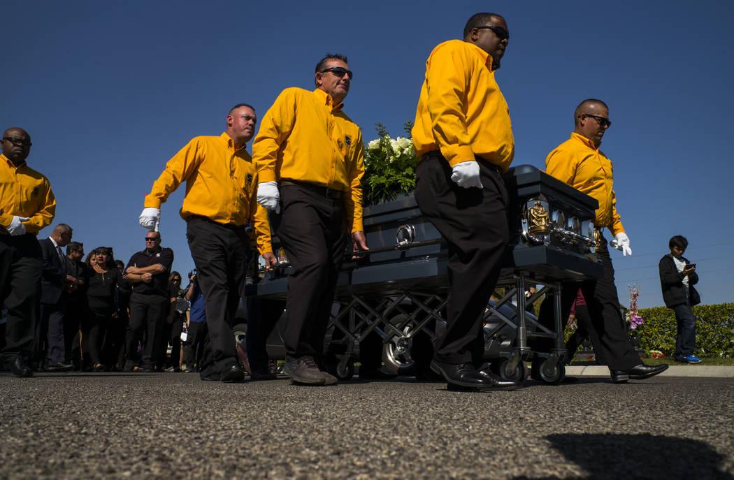Los cargadores fúnebres portan el ataúd de Erick Silva durante los servicios funerarios en el Davis Funeral Home & Memorial Park en Las Vegas el jueves 12 de octubre de 2017. Silva trabajaba ...