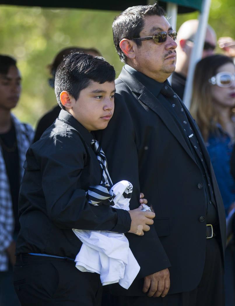 El hermano de Erick Silva, víctima del tiroteo, Arturo De La Rosa  y el padrastro de Silva Gregorio De La Rosa, durante los servicios funerarios de Silva, en Davis Funeral Home & Memorial Par ...