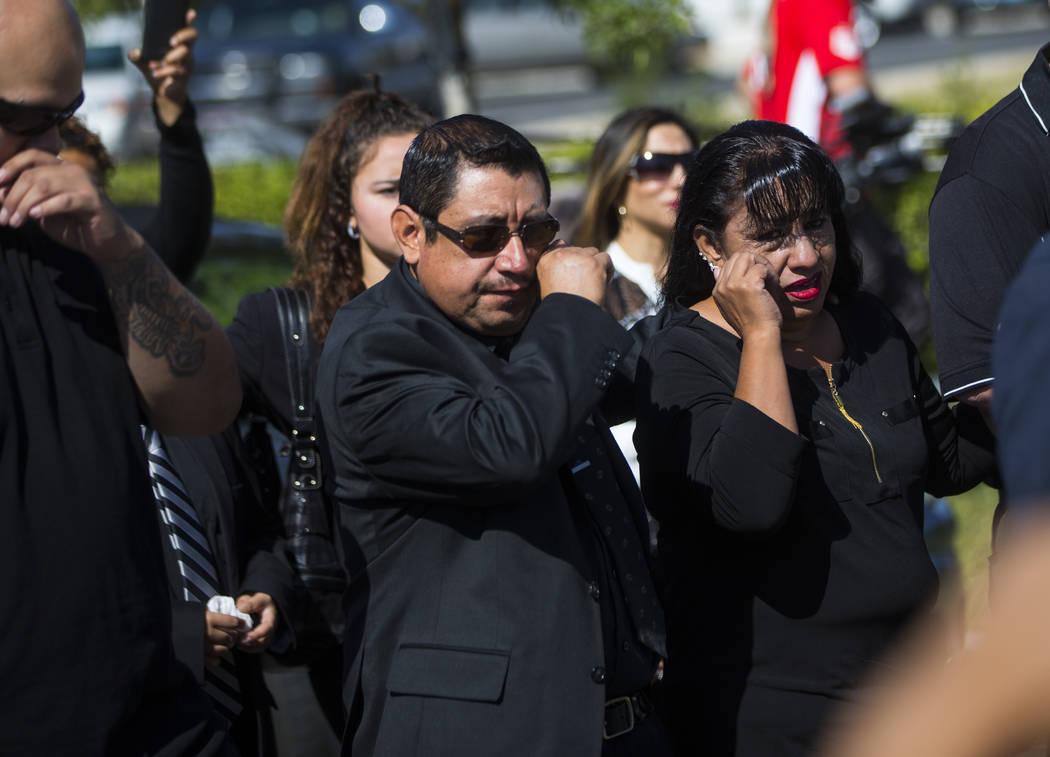 Gregorio De La Rosa, a la izquierda, y Angelica Cervantes, madre de Erick Silva, siguen el ataúd de Silva durante los servicios funerarios en Davis Funeral Home & Memorial Park en Las Vegas e ...