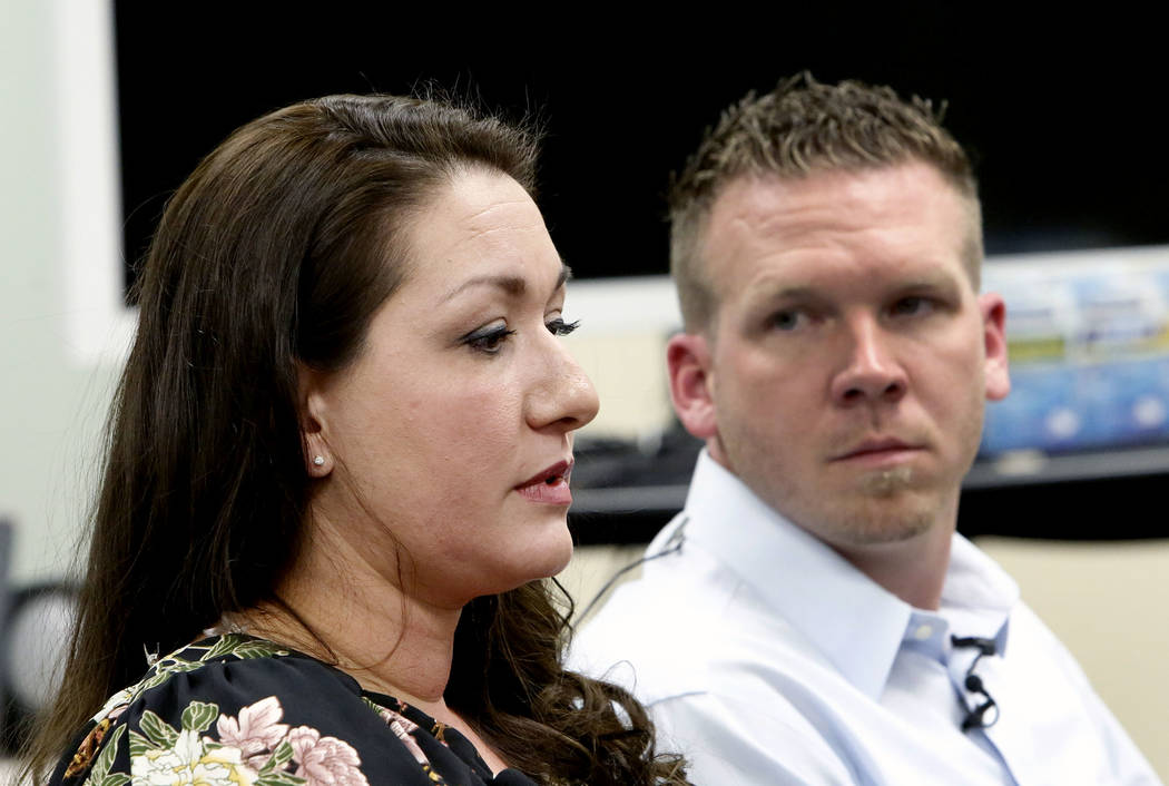 La controladora de tráfico aéreo de Las Vegas Tower, Christina Stewart, habla mientras Anthony Borgert observa mientras hablan a los medios sobre lo que experimentaron durante el tiroteo en masa ...