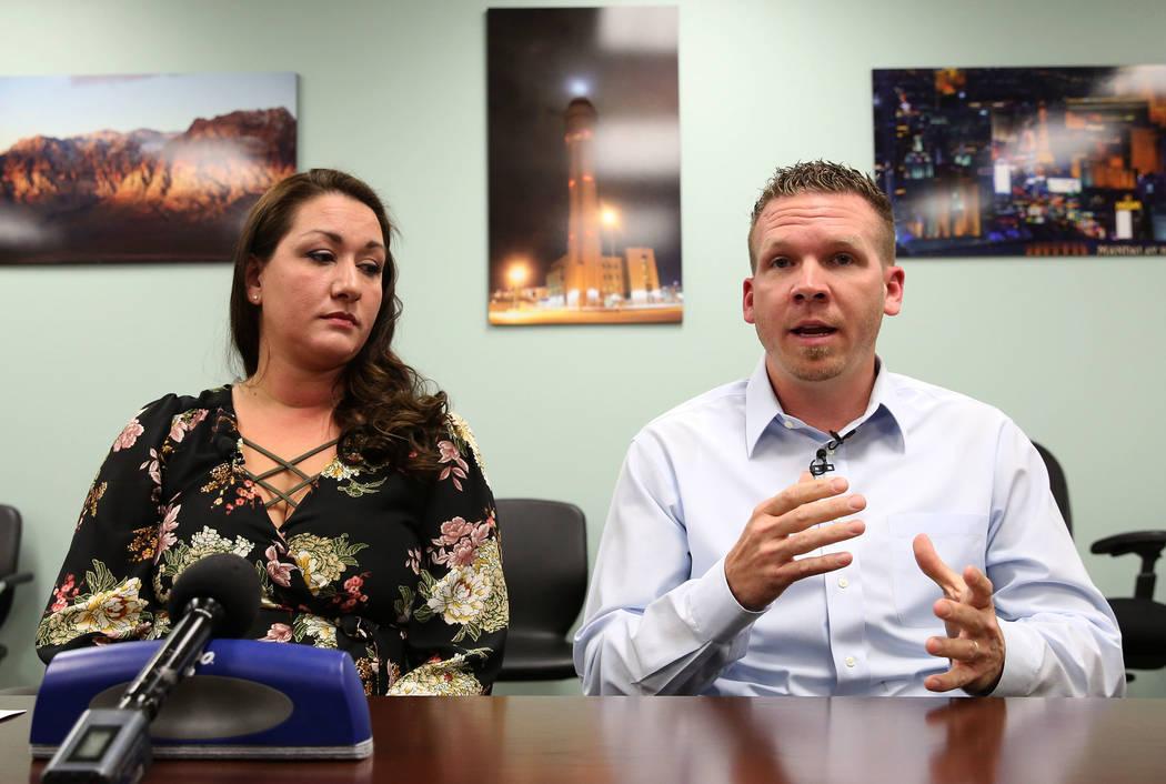 El controlador de tránsito aéreo de Las Vegas Tower, Anthony Borgert, habla mientras la inspectora de tránsito aéreo Christina Stewart observa mientras hablan a los medios sobre lo que experim ...