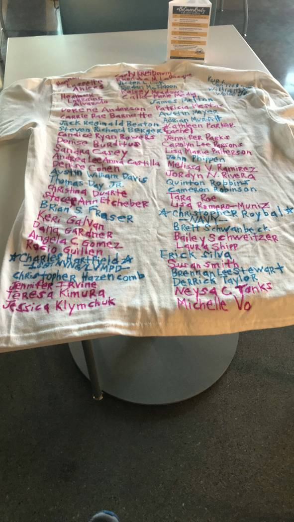 Una camiseta diseñada con los nombres de todas las víctimas. Foto enviada por Melinda.
