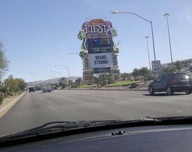 """Fiesta Henderson muestra """"Vegas Strong"""" en su marquesina. Foto enviada por Melinda."""