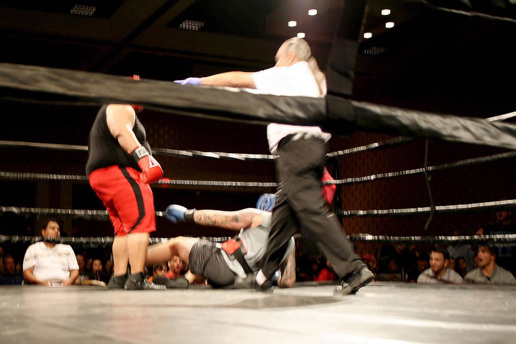 En los primeros segundos del primer round el réferi detuvo la pelea para revisar a Kim Schioldan quien cayó a la lona, se lesionó la rodilla y salió en camilla. A la izquierda Jackson observa. ...