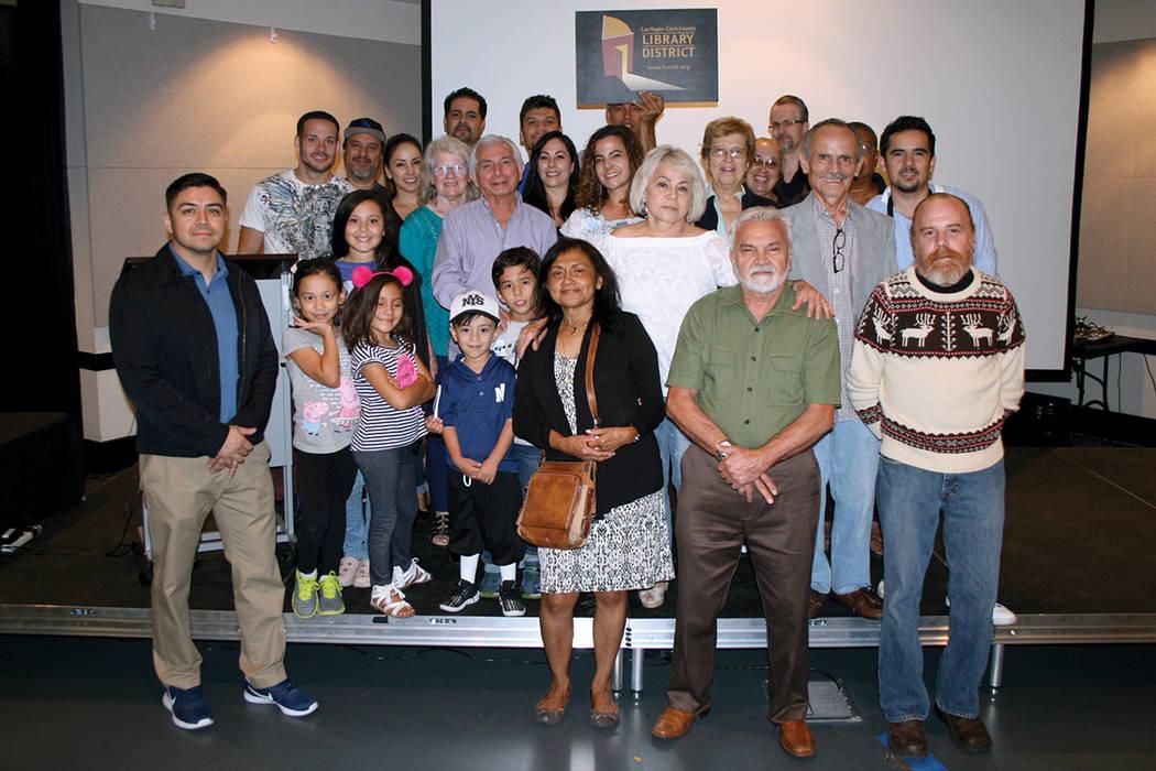 Parte del público con los promotores de la Exhibición Mundo Maya Mágico, en la biblioteca West Sahara, el 12 de octubre del 2017. | Valdemar González / El Tiempo.