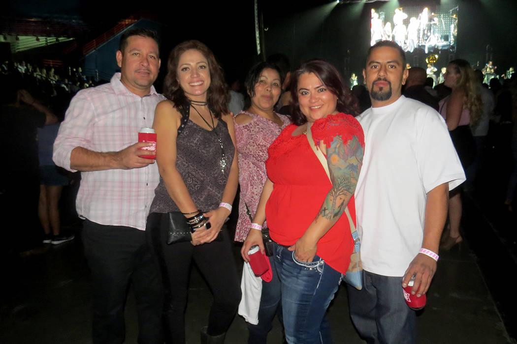 Maritza Sánchez (rojo) y sus amigos disfrutaron de la presentación de La Adictiva. Sábado 14 de octubre en Star of the Desert Arena. | Foto Anthony Avellaneda / El Tiempo.
