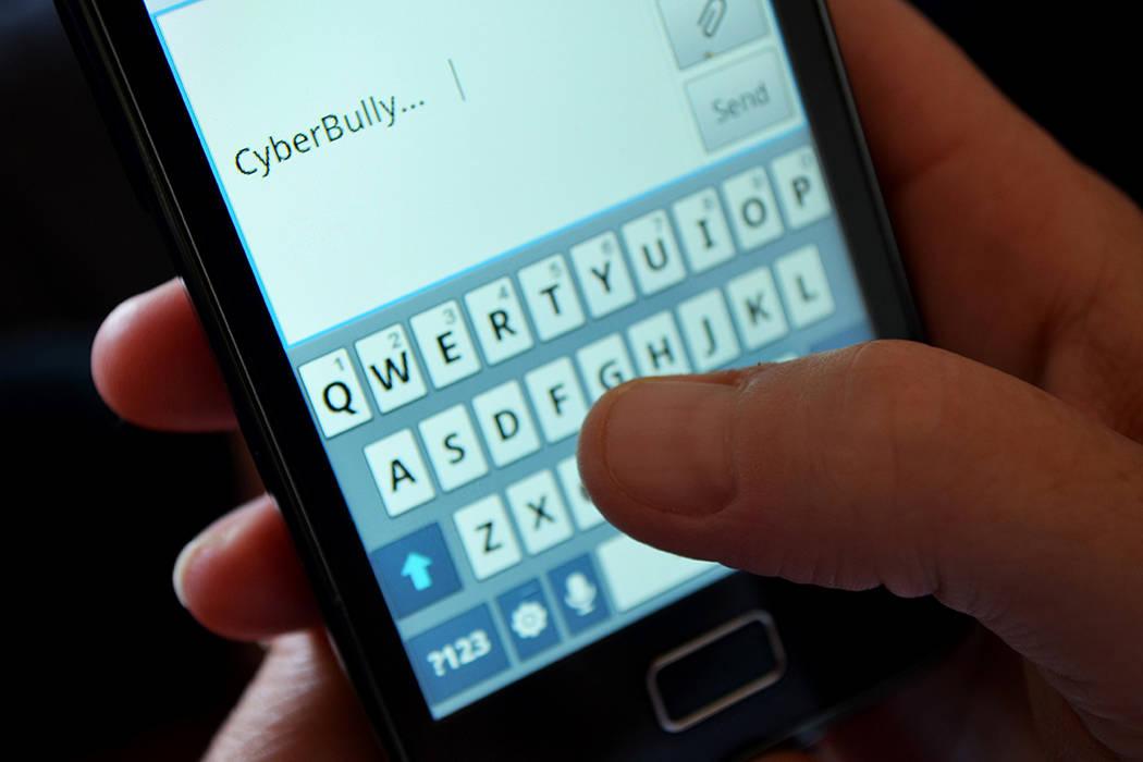 De acuerdo con SURJ, el abuso digital ocurre cuando el socio controlador / abusivo exige acceso al teléfono celular, a los correos electrónicos o a las redes sociales del socio controlado / víc ...