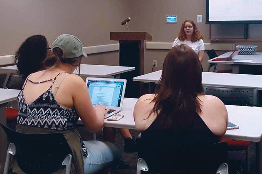El grupo estudiantil SURJ realizó una sesión informativa sobre violencia doméstica y su relación con las redes sociales. Foto Cortesía.