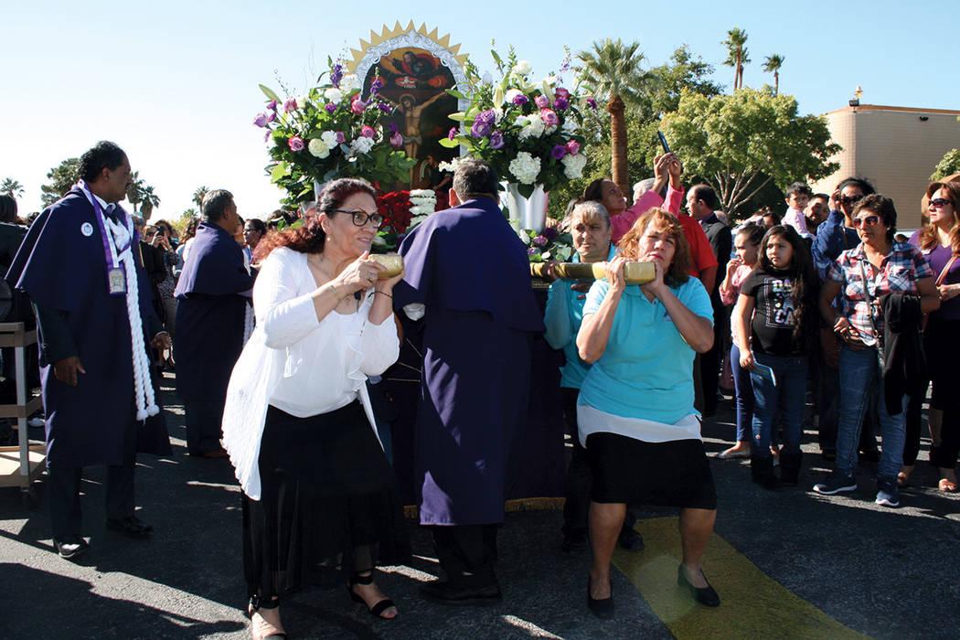 El anda con la imagen del Señor de los Milagros por momentos fue cargada solo por mujeres devotas. | Valdemar González / El Tiempo.