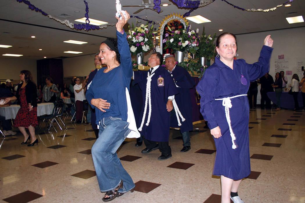 Peruanas celebran con danzas a su patrono. Atrás el anda con la imagen. | Valdemar González / El Tiempo.