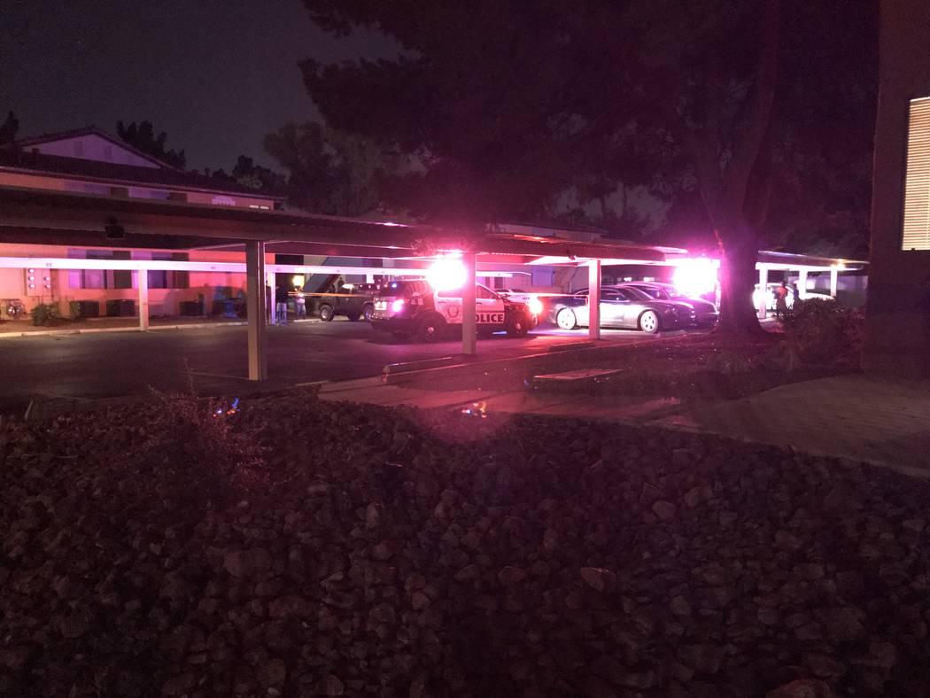 La escena de un incidente de atropello y huida que dejó a un niño de 1 año muerto en Liberty Village Apartments en Las Vegas el domingo 15 de octubre de 2017. Blake Apgar Las Vegas Review-Journal