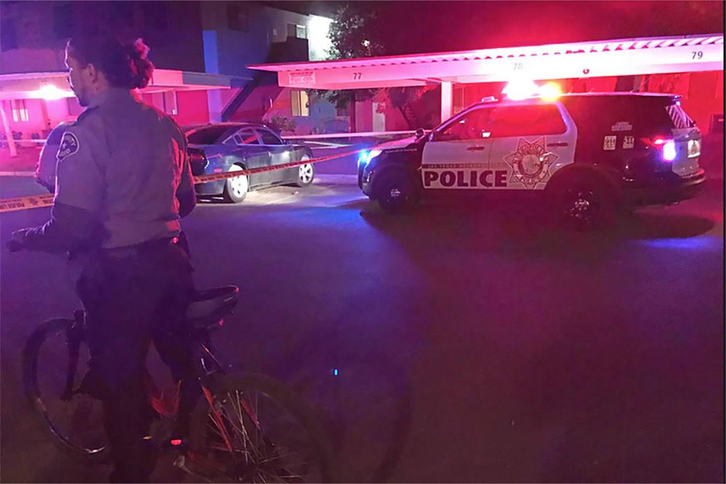 Un guardia de seguridad vigila la escena de un incidente de atropello y huida que dejó a un niño de 1 año muerto en Liberty Village Apartments en Las Vegas el domingo 15 de octubre de 2017. Bla ...