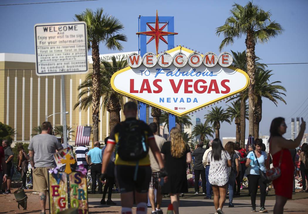 """La gente visita el letrero de """"Bienvenido a Fabulous Las Vegas"""" en Las Vegas el viernes 13 de octubre de 2017. Chase Stevens Las Vegas Review-Journal @csstevensphoto"""