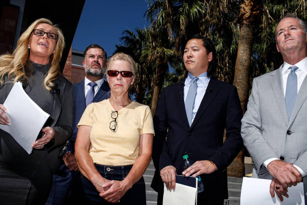 El abogado Christian M. Morris, a la izquierda, Cheryl Sheppard, madre de Rachel Sheppard, segunda desde la izquierda, el abogado Brian D. Nettles, segundo desde la derecha y el abogado principal  ...