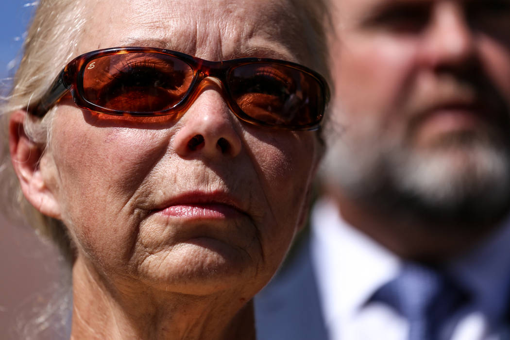 Cheryl Sheppard, madre de Rachel Sheppard, se encuentra frente al Centro de Justicia Regional del Condado de Clark en Las Vegas, el viernes 13 de octubre de 2017. La familia de Rachel Sheppard, qu ...