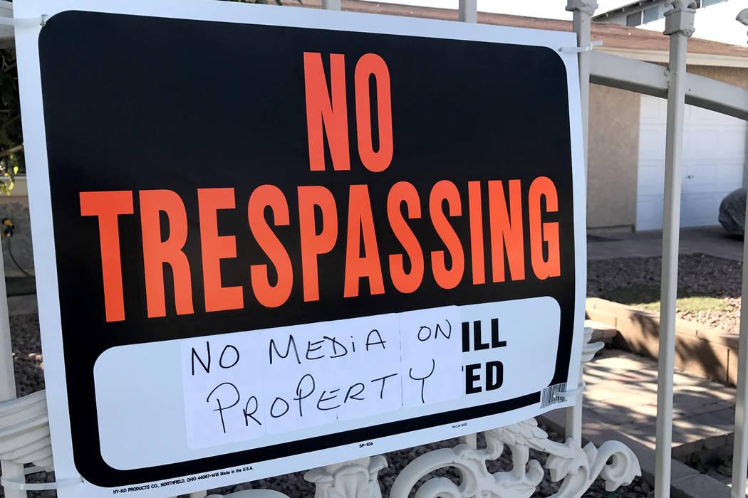 Un letrero que advierte a los miembros de los medios noticiosos que no ingresen a la casa de Jesús Campos en el este de Las Vegas cuelga en una puerta el viernes 13 de octubre de 2017. Sandy Lope ...