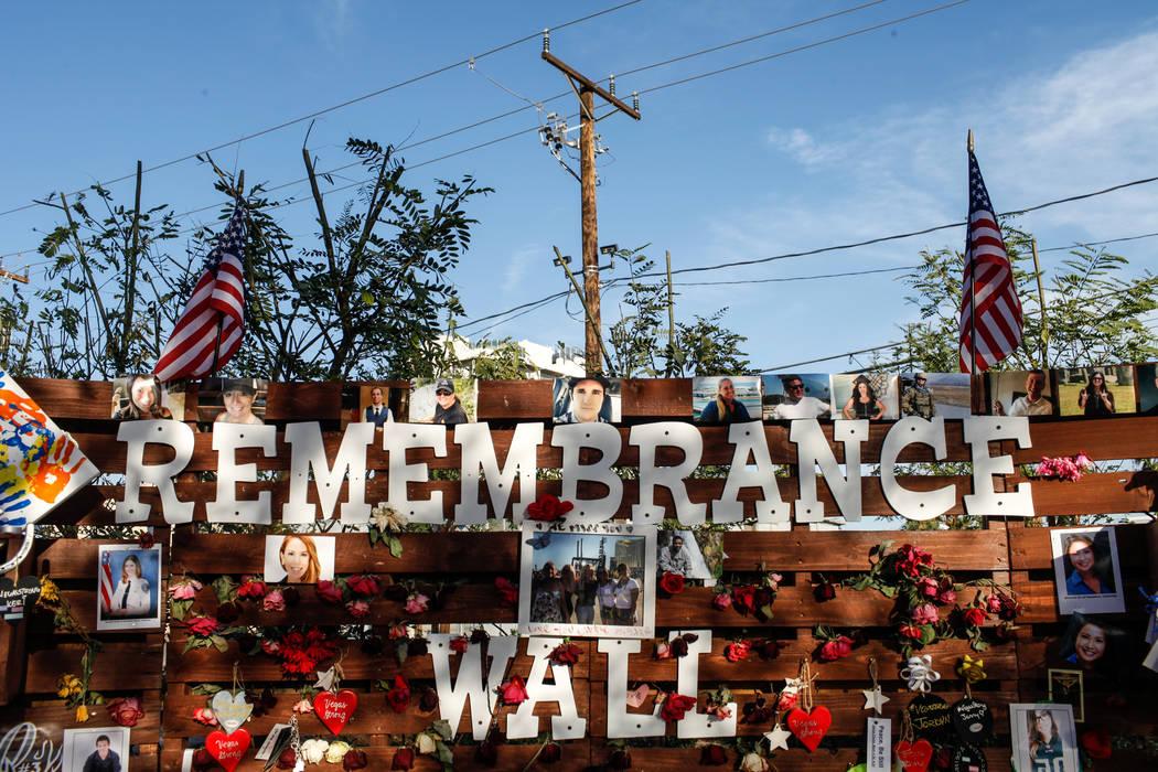 Un monumento conmemorativo en el Healing Garden de Las Vegas Community en Las Vegas, el lunes 16 de octubre de 2017, en honor a las víctimas del tiroteo masivo del Festival de la Ruta 91 . Joel A ...