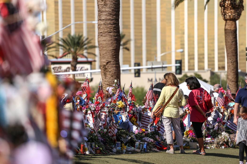 La gente visita un monumento conmemorativo en el letrero de Welcome to Fabulous Las Vegas, el lunes 16 de octubre de 2017, en honor a las víctimas del tiroteo masivo del Festival de la Ruta 91. J ...