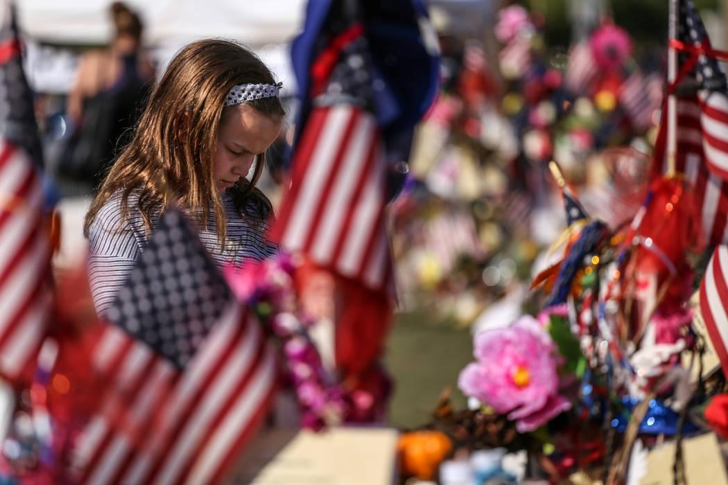 Ella Fares de Las Vegas, de 10 años, visita un monumento en el Welcome to Fabulous Las Vegas, el lunes 16 de octubre de 2017, en honor a las víctimas del tiroteo masivo del Festival de la Ruta 9 ...