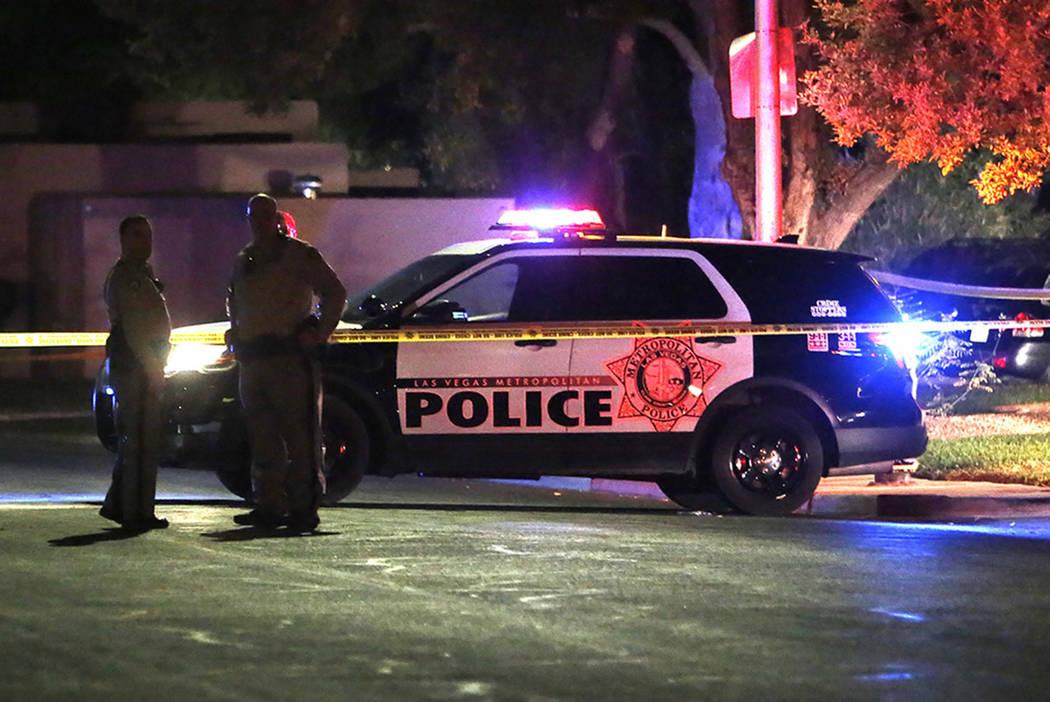 La policía de Las Vegas investiga un tiroteo involucrando un oficial en la cuadra 100 de Moonlight Drive, cerca de los bulevares Lamb y Charleston. Miercoles, 11 de octubre de 2017, en Las Vegas. ...