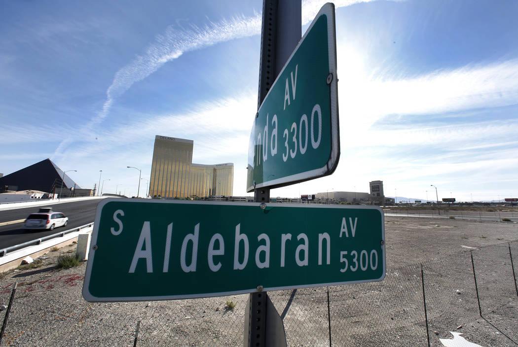 Señales de tráfico para las avenidas Aldebaran y Hacienda en el sitio del Estadio de Las Vegas el Martes, 17 de octubre de 2017. La Comisión del Condado de Clark el miércoles abandonará forma ...