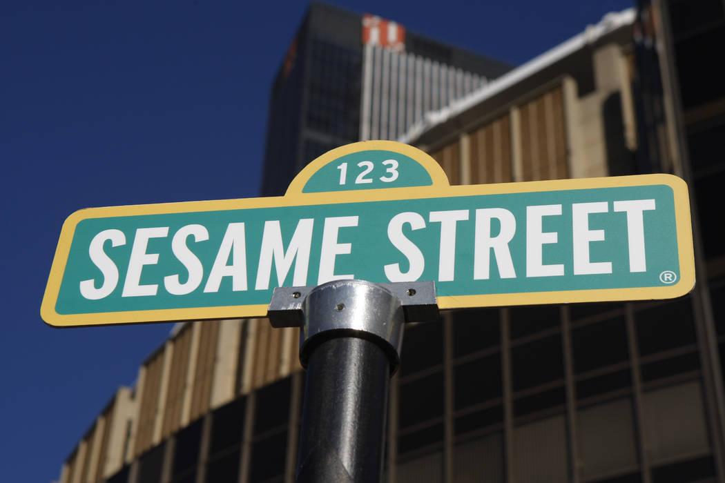 Un letrero para Sesame Street se muestra frente al Madison Square Garden en celebración del 30 aniversario de la gira de espectáculos en vivo basada en la serie de televisión de PBS en Nueva Yo ...