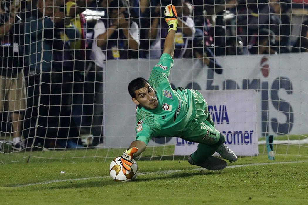 El portero de Tigres, Nahuel Guzmán, salvará una falta de penaltis de William Da Silva de America durante la final de la liga mexicana de fútbol en Monterrey, México, el domingo 25 de diciembr ...