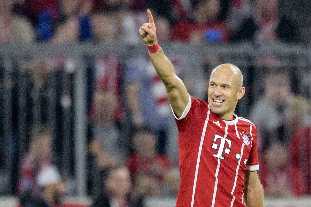 ARCHIVO- Arjen Robben del Bayern celebra el segundo gol de su equipo durante el partido de la Bundesliga alemana entre el FC Bayern Munich y el VfL Wolfsburg en Munich, Alemania, el viernes 22 de  ...