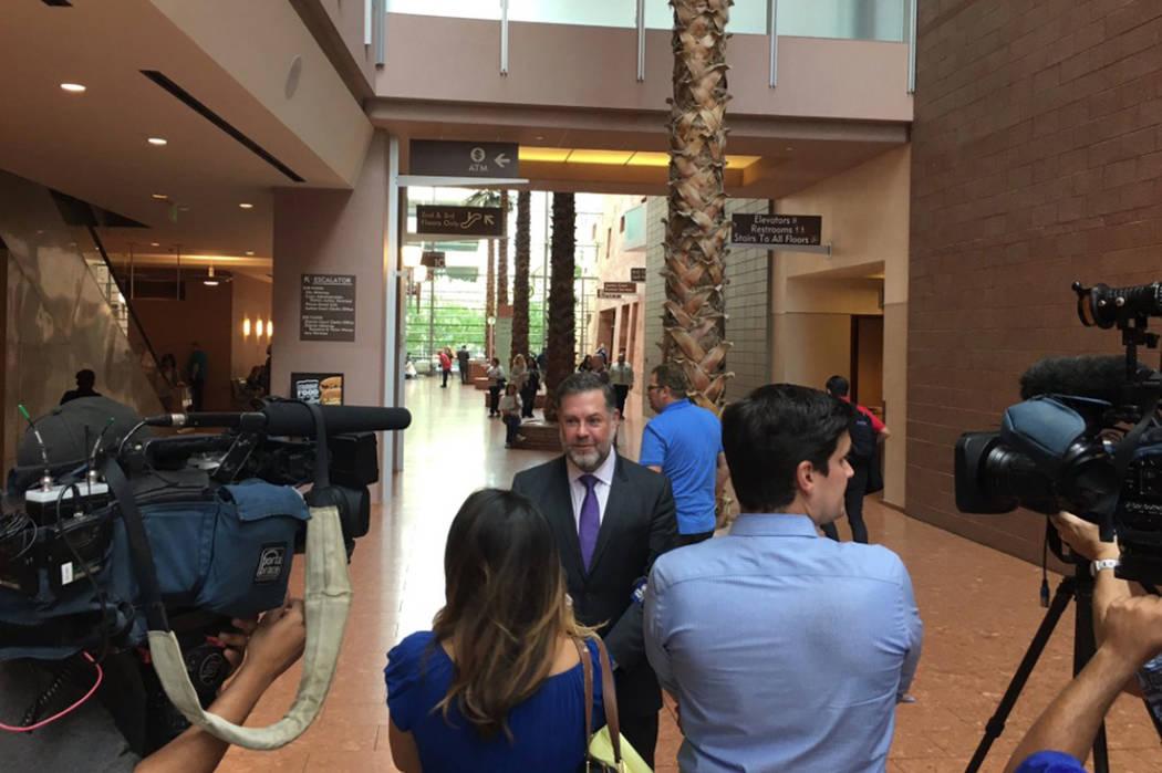 El abogado Brian Nettles habla con reporteros al dictaminar la preservación de evidencia en la masacre de la Ruta 91. David Ferrara Las Vegas Review-Journal