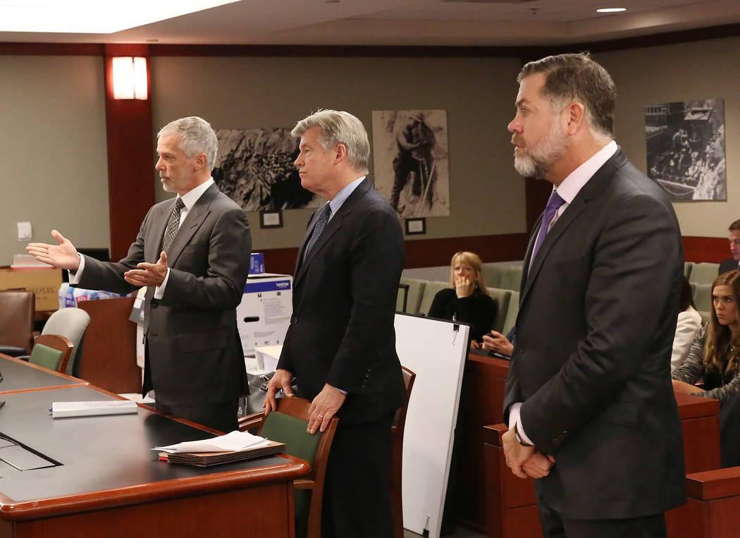 Los abogados Jim Pisanelli, a la izquierda, y Brad Brian, en representación de MGM Resorts International, y Brian Nettles, abogado de Rachel Sheppard, que recibió un disparo tres veces durante e ...