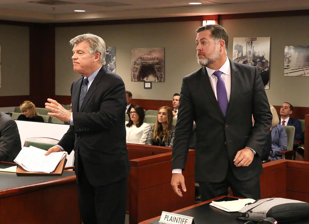 El abogado Brad Brian, quien se presentó en representación de MGM Resorts International, y Brian Nettles, abogado de Rachel Sheppard, quien recibió un disparo tres veces durante el tiroteo masi ...