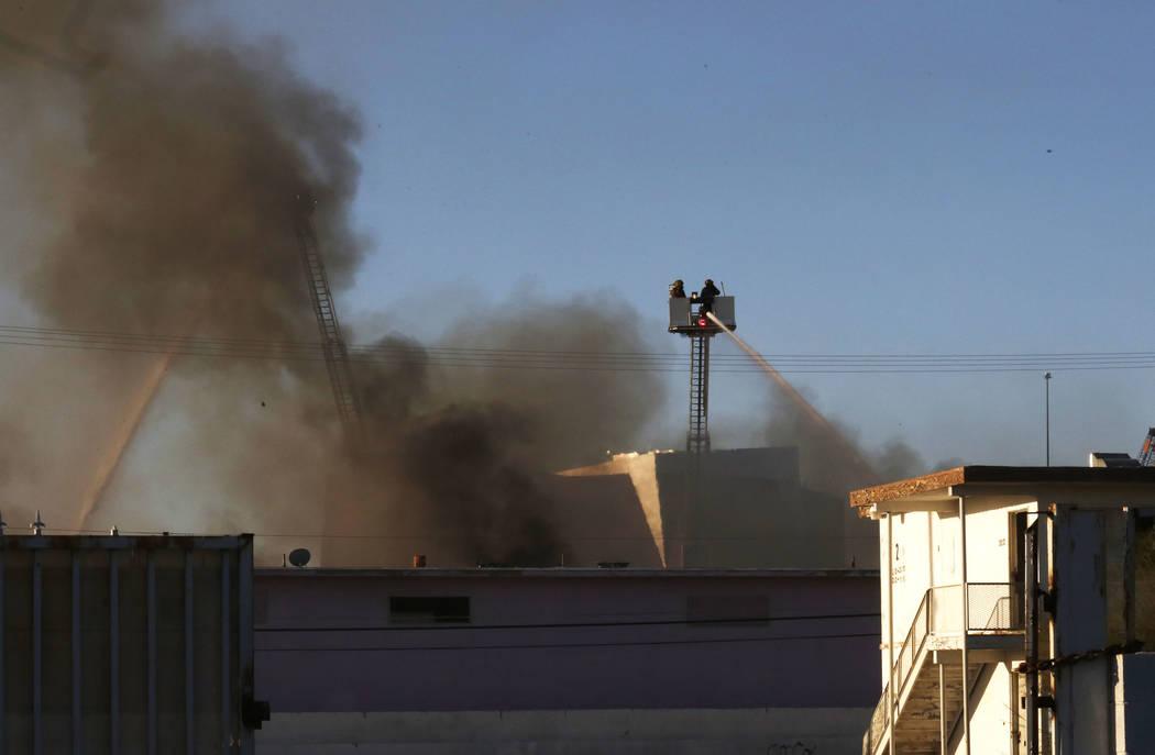 Los bomberos de Las Vegas luchan contra un incendio de doble alarma en el 900 W. Bonanza Road, el antiguo sitio del Moulin Rouge, cerca del centro el jueves 5 de octubre de 2017, en Las Vegas. Biz ...