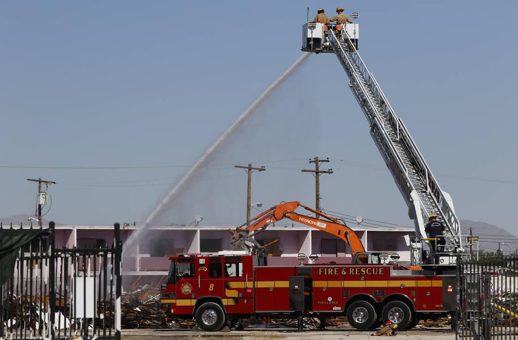 Los bomberos y las cuadrillas de demolición trabajan la escena después de que un incendio destruyó el histórico Moulin Rouge en Las Vegas el jueves 5 de octubre de 2017. Chase Stevens Las Vega ...