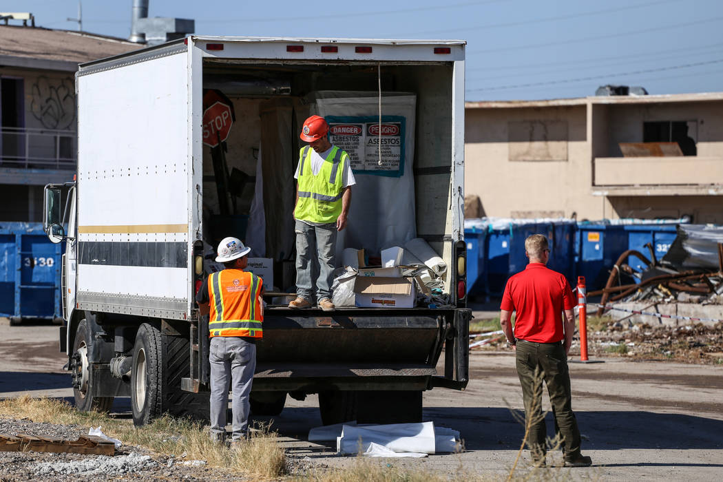 Los equipos de construcción limpian los restos del demolido Moulin Rouge en Las Vegas, el jueves 19 de octubre de 2017. Joel Angel Juarez Las Vegas Review-Journal @jajuarezphoto