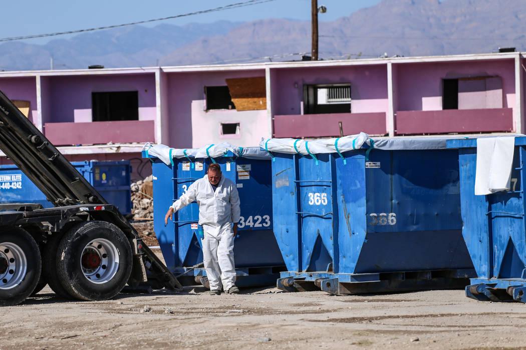 Un trabajador se marcha después de alinear un camión con un contenedor de basura mientras los equipos limpian los restos del demolido Moulin Rouge en Las Vegas, el jueves 19 de octubre de 2017.  ...