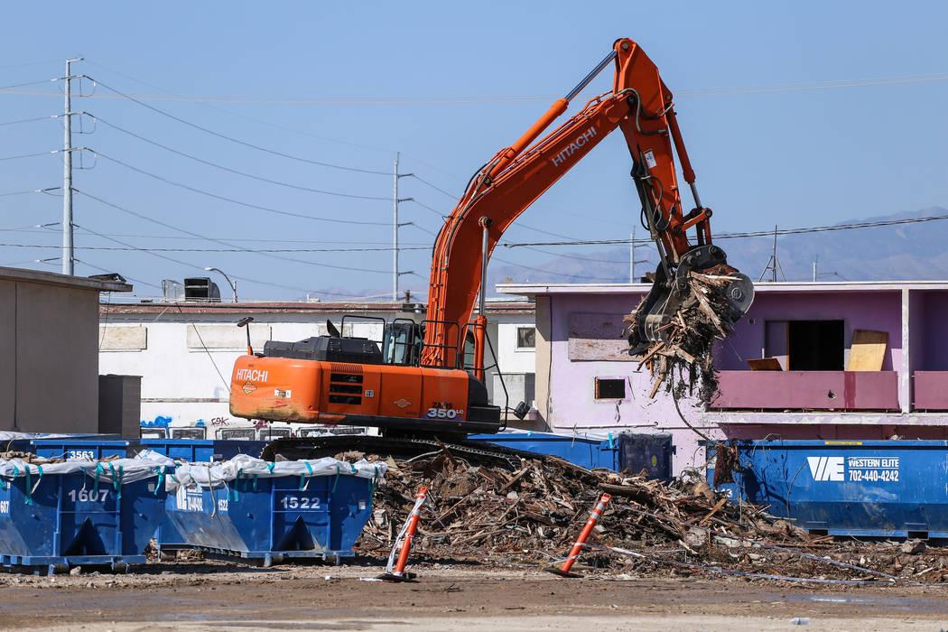 Una grúa levanta los restos del demolido Moulin Rouge en contenedores en Las Vegas, jueves 19 de octubre de 2017. Joel Angel Juarez Las Vegas Review-Journal @ jajuarezphoto
