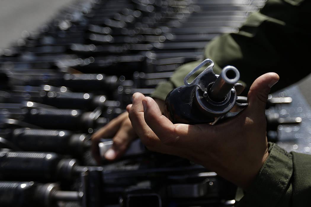 FOTO PARA ILUSTRAR- Las armas programadas para su destrucción son exhibidas por el Ejército Mexicano, en la Ciudad de México, el martes 1 de agosto de 2017. Las armas fueron confiscadas del cri ...