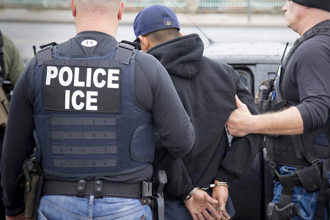 Una fotografía publicada por el Servicio de Inmigración y Control de Aduanas de Estados Unidos muestra arrestos de ciudadanos extranjeros durante una operación dirigida por el Servicio de Inmig ...