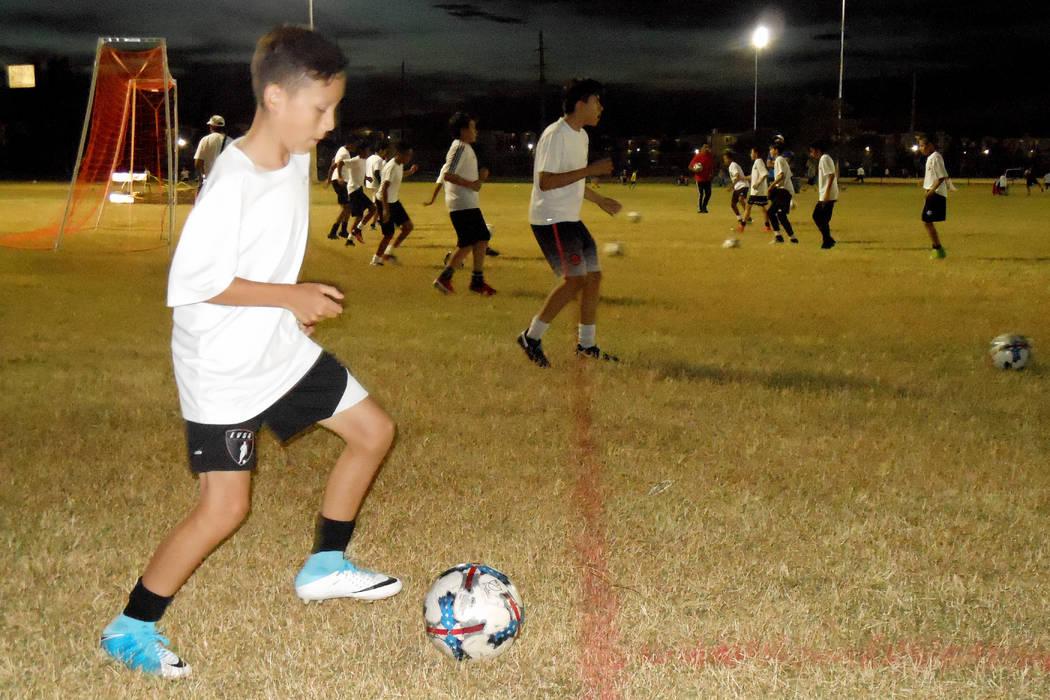 Los niños integrantes del equipo de fútbol Nevada Stars. 17 de octubre, en las canchas del Silver Bowl. | Foto Valdemar González / El Tiempo.