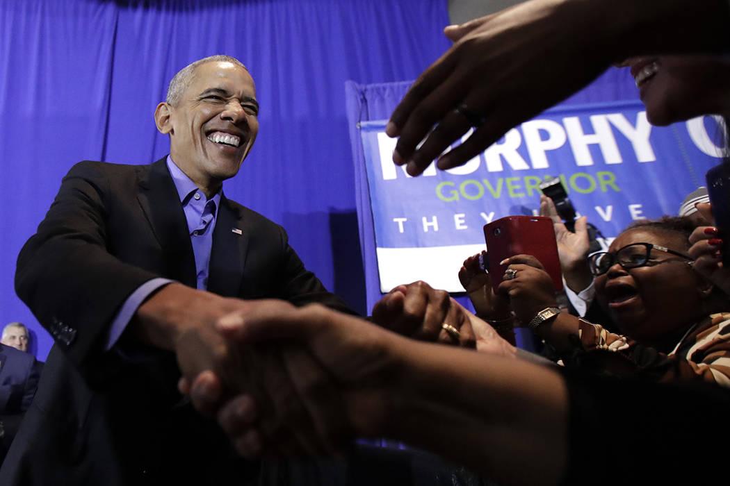 El ex presidente Barack Obama estrecha la mano de sus partidarios antes de hablar durante un evento para el candidato demócrata a gobernador de Nueva Jersey, Phil Murphy, el jueves 19 de octubre  ...