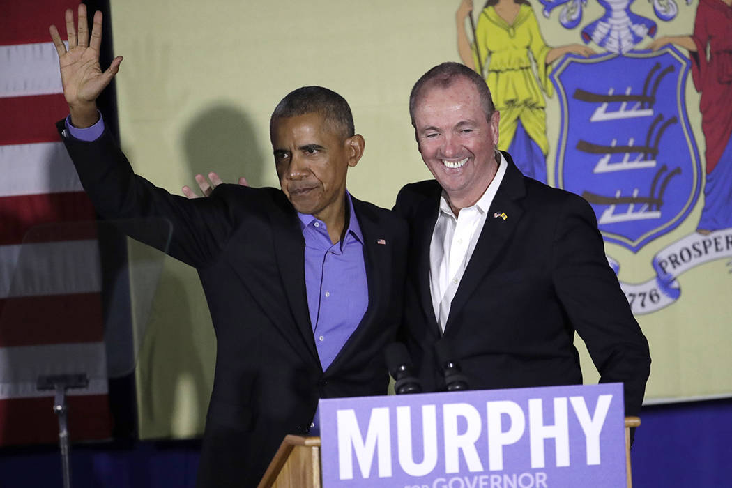 El ex presidente Barack Obama, izquierda, y el candidato demócrata a gobernador de Nueva Jersey Phil Murphy, a la derecha, se paran en el escenario luego de hablar durante un acto de lienzo el ju ...