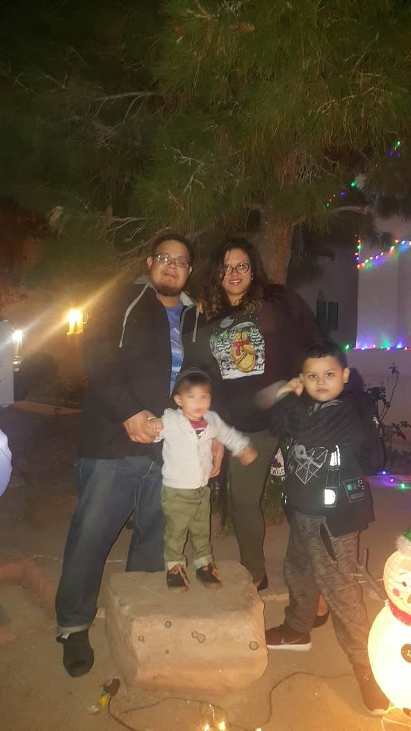 Jorge Botello y su familia, su esposa Lluvia Vélez, e hijos, Aric, de 2 años, y Aiden, de 5 años.  Cortesía Lluvia Velez