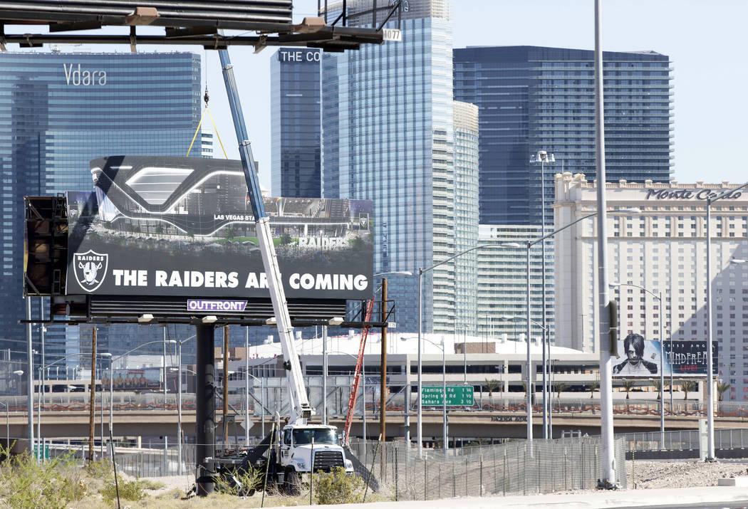 Un anuncio espectacular de los Raiders se erige en la esquina noreste de Dean Martin Drive cerca de la Hacienda Avenue el viernes 21 de abril de 2017, en el sitio propuesto para el estadio en Russ ...