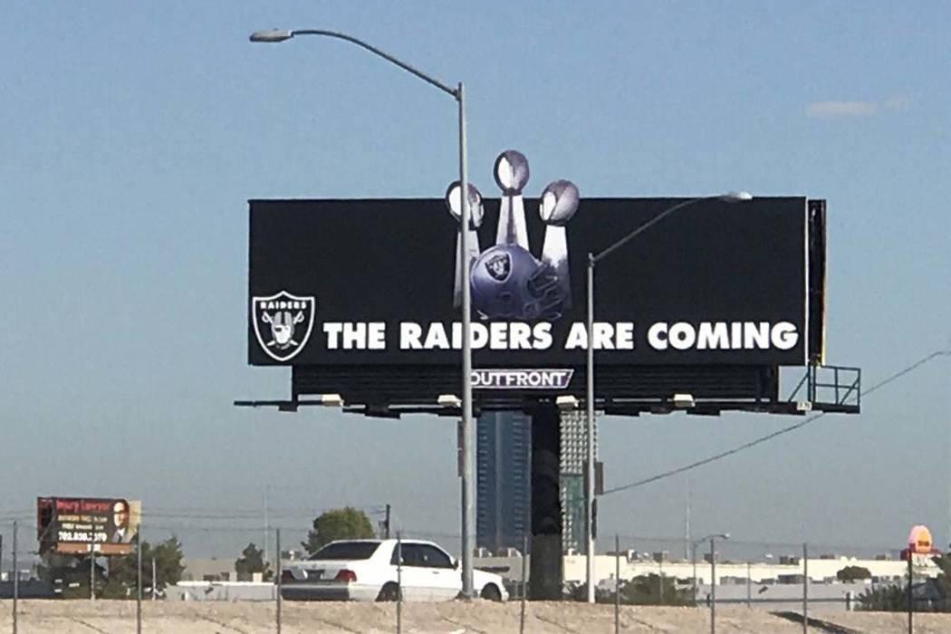 Los Raiders actualizaron su espectacular en el sitio del estadio de Las Vegas a principios de septiembre, mostrando tres trofeos del Super Bowl. (Heidi Fang / Las Vegas Review-Journal)