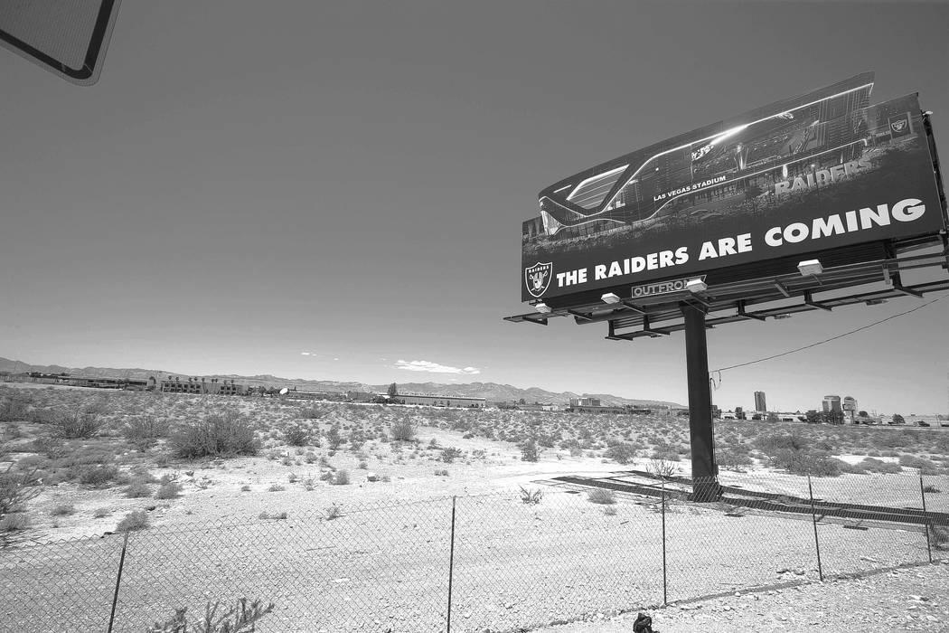 Un anuncio espectacular de los Raiders en el estadio propuesto cerca de Russell Road y Dean Martin Drive el domingo 28 de mayo de 2017. Richard Brian Las Vegas Review-Journal @vegasphotograph