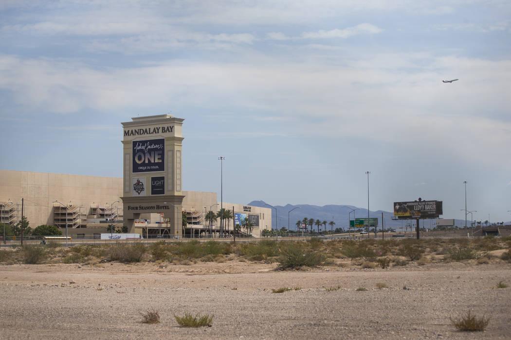 El extremo norte del planeado estadio Las Vegas Raiders en Las Vegas el jueves, 31 de agosto de 2017. Una alcantarilla subterránea de control de inundaciones atraviesa el área. Chase Stevens Las ...