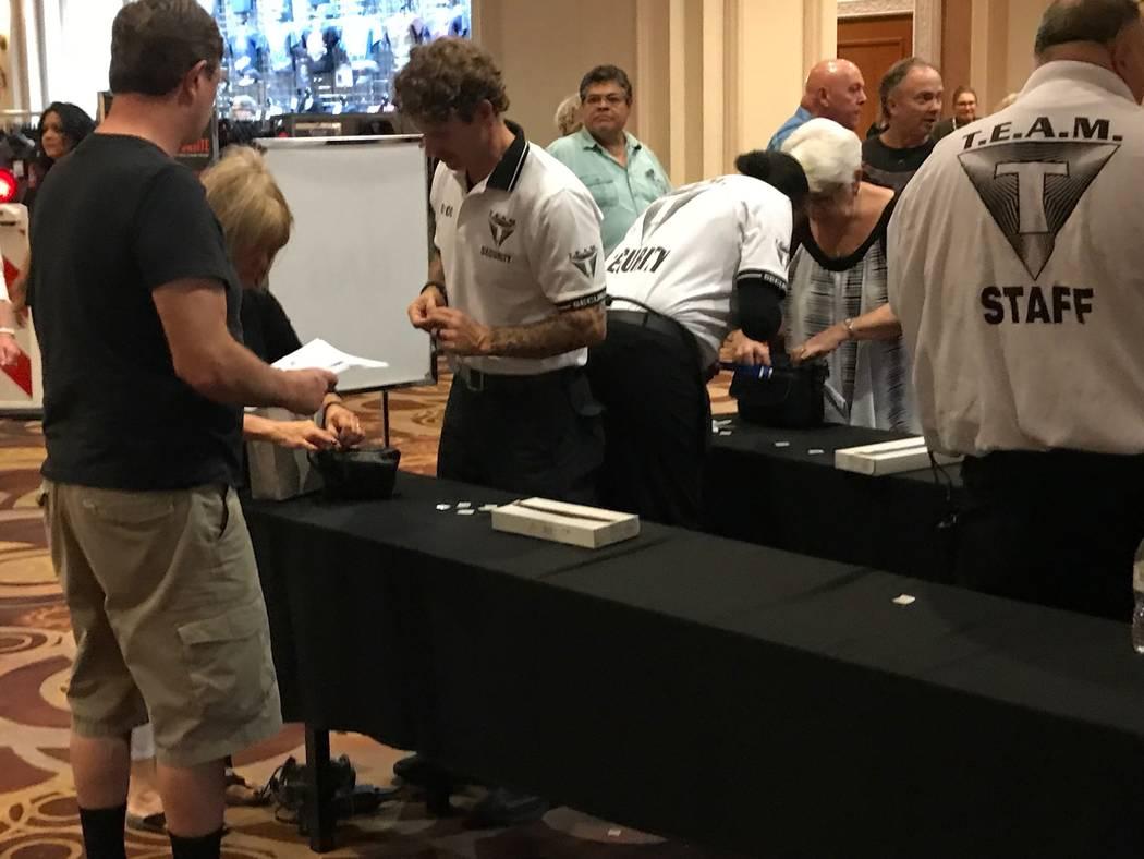El personal de seguridad está ahora controlando a las personas que ingresan en la subasta de autos de Barrett Jackson con detectores de metales de mano y realizando comprobaciones de equipaje. (T ...