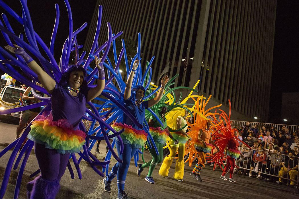 Los participantes del desfile recorren la calle Cuarta durante el 19no Desfile Nocturno anual de PRIDE en el centro de Las Vegas, viernes 20 de octubre de 2017.   Foto Bridget Bennett Las Vegas Re ...