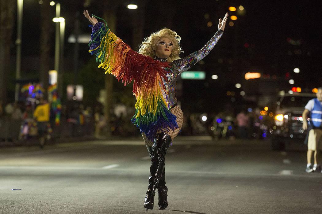 Savannah James se presenta en el 19no Desfile Nocturno anual de PRIDE en el centro de Las Vegas, viernes, 20 de octubre de 2017.   Foto Bridget Bennett Las Vegas Review-Journal.