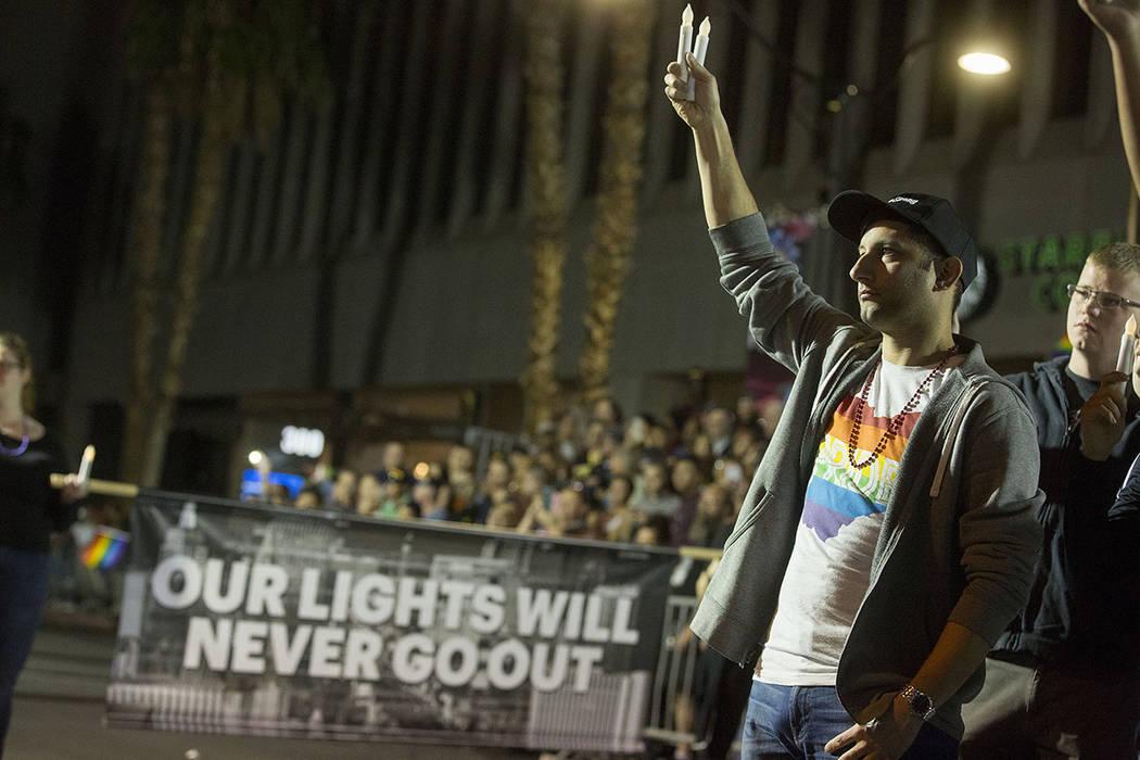 Participante del desfile, Robert Erickson sostiene dos velas, el grupo completo tenía 58 velas en total en honor a las 58 muertas en el tiroteo del 1 de octubre, durante el 19no desfile anual anu ...